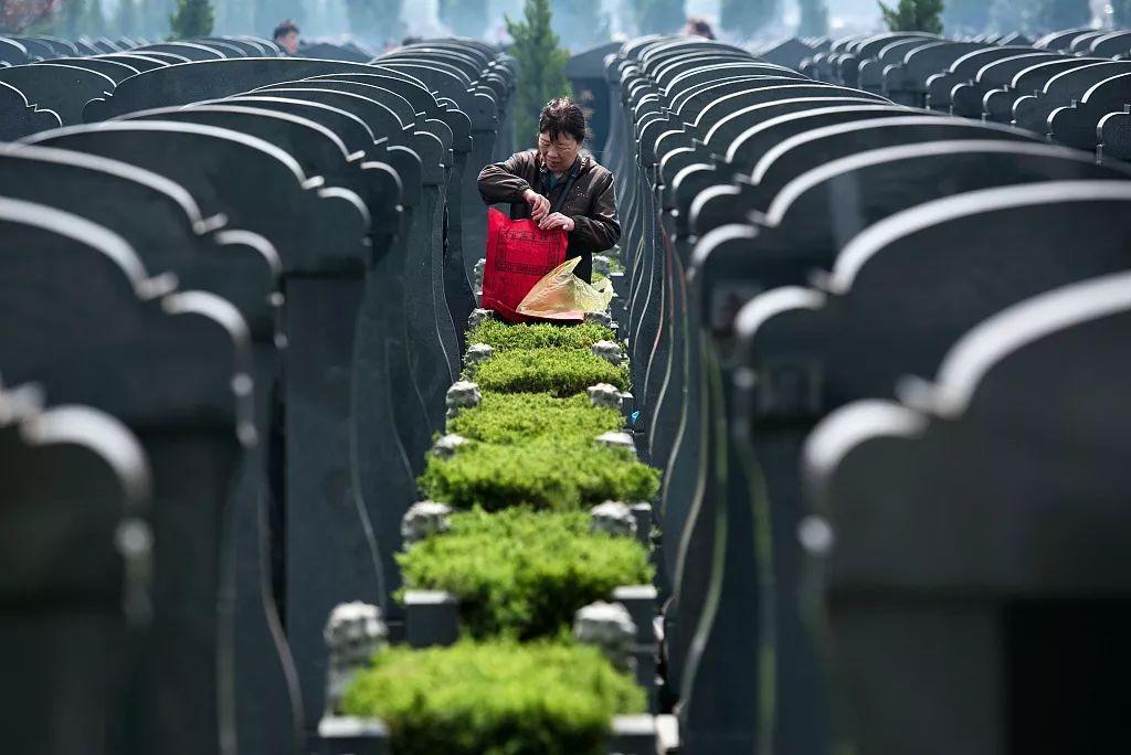 贵州安顺:买了公墓才能领走骨灰 凭什么?