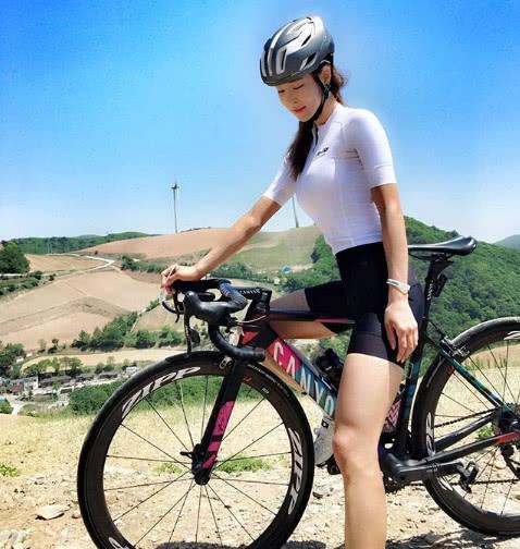 把骑行当成健身方式,在骑行服的衬托下,迷人身材曲线尽显!-领骑网