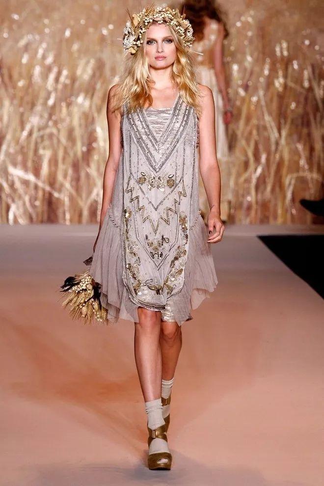 "Terrence Malick的""天堂之日""让安娜苏的2011年春季系列的走上了一条异想天开的道路,秀场上模特们纷纷戴起了干草和白色小花制成的花环。 11 Dolce & Gabbana Spring 2015"