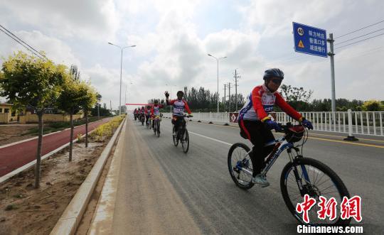 自行车队经过兴庆路。 胡耀荣 摄