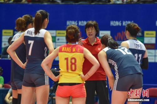 中国女排总教练郎平指导队员。<a target='_blank' href='http://www.chinanews.com/' _fcksavedurl='http://www.chinanews.com/'></p><p>中新社记者麦尚&#65533;F 摄