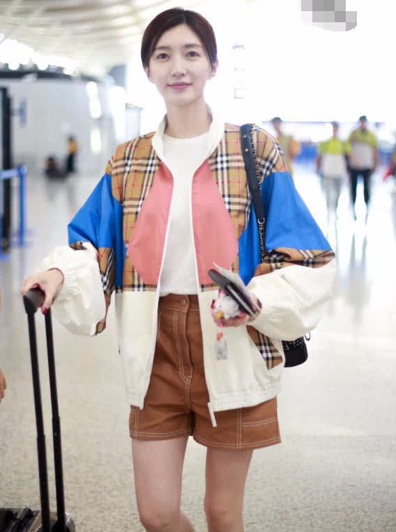 """江疏影不愧是气质女神 穿着""""宅男""""短裤也迷人"""