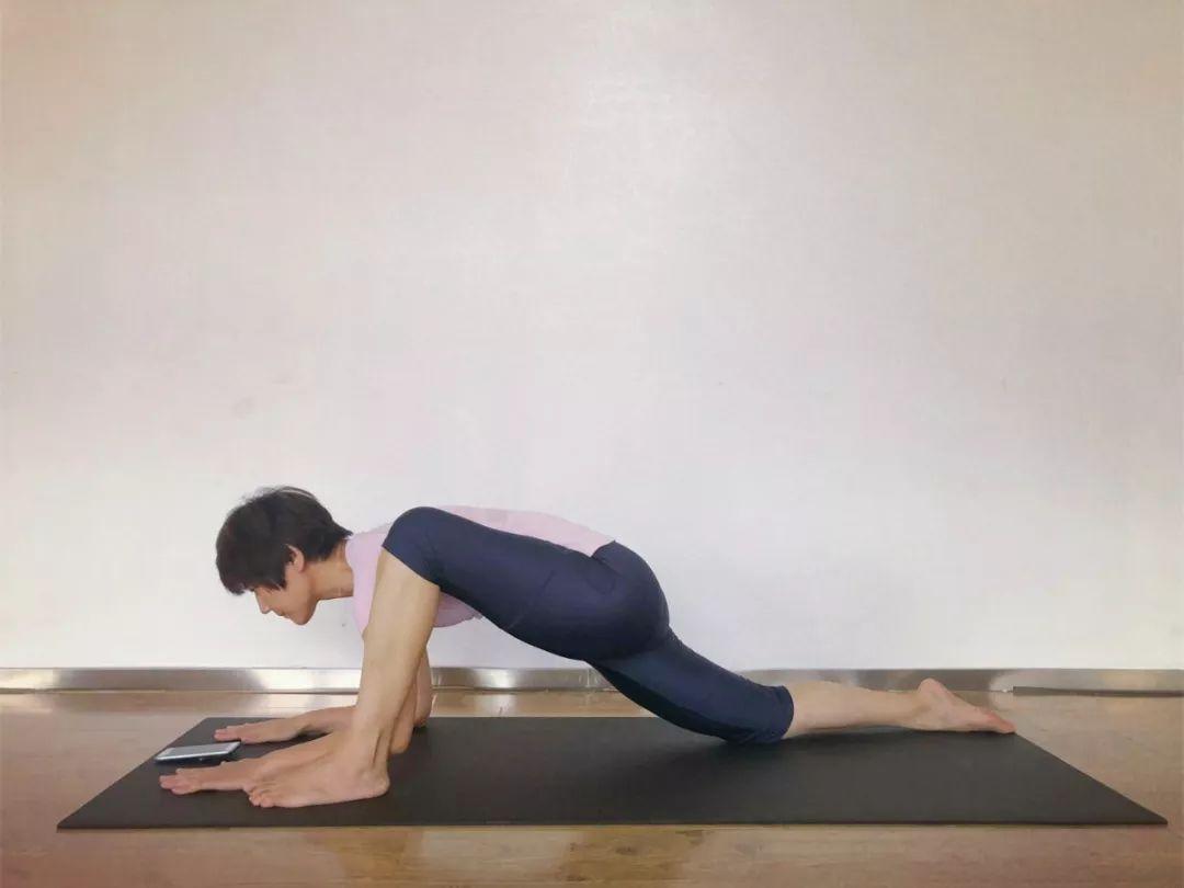 躺着看手机 时间久了手臂很累 来瑜伽 鸽子式后弯 锻炼双腿伸展脊柱图片