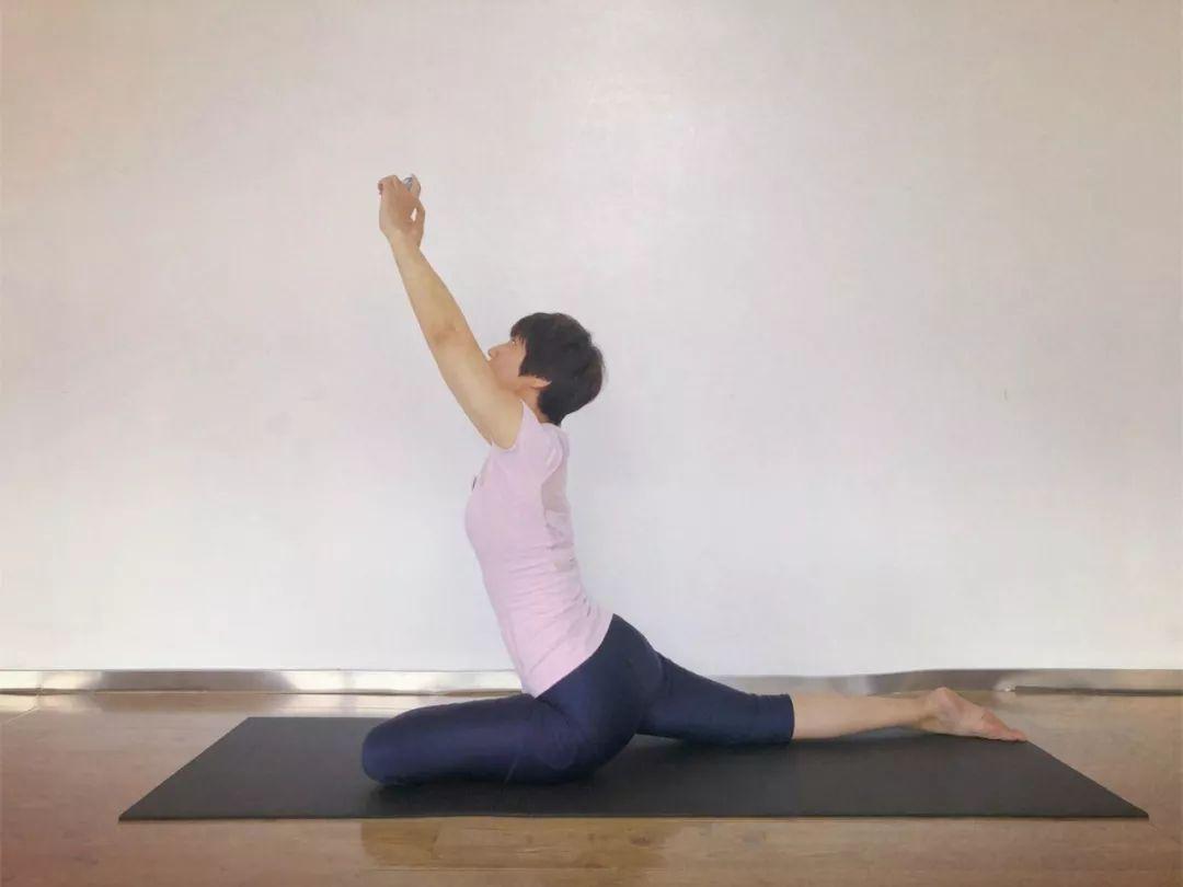 伸展腰背放松 ---③--- 躺着看手机 时间久了手臂很累 来瑜伽 鸽子式图片