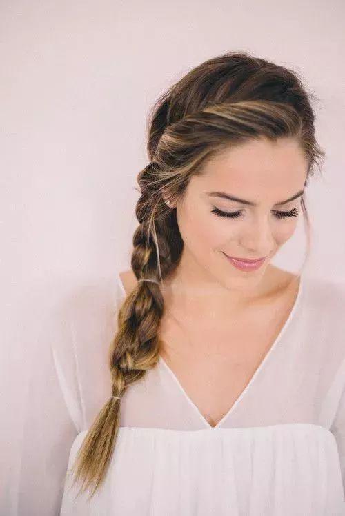 step2:转到眼睛的位置,用发卡固定,整个过程可以用手去尽量增加头发