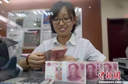 资料图:山西太原一银行工作人员正在清点货币。<a target='_blank' href='http://www.chinanews.com/'>中新社</a>记者 张云 摄