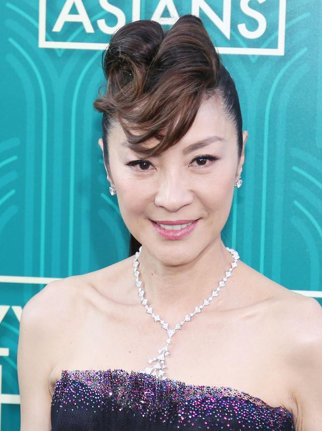 杨紫琼56岁都不见老,穿抹胸礼服气质惊艳,然而发型让我搞不懂图片