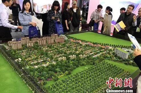 民众在2017年北京春季房展会上的某楼盘展台咨询。<a target='_blank' href='http://www.chinanews.com/' >中新网</a> 程春雨 摄