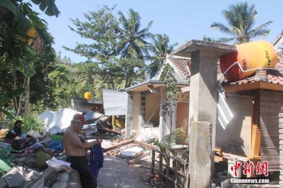 印尼龙目岛7级地震导致数千栋房屋损毁严重。图为8月7日,位于该岛Senggigi 海滩附近Senggigi村的损毁房屋。该村数百座房屋损毁,全村断水断电,村民在村子空地上分散安置。 <a target='_blank' href='http://www.chinanews.com/'>中新社</a>记者 林永传 摄