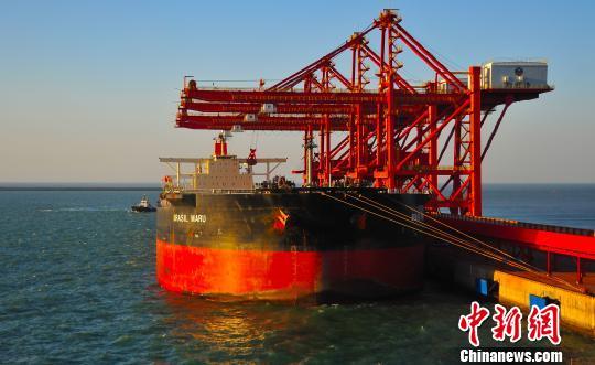 1861年开埠的烟台港,目前是中国环渤海港口群主枢纽港,是中国沿海主要港口之一。(资料图) 严轩 摄