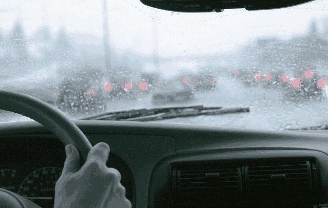 下雨天你还开双闪?一看就是新手,老司机:你怕是没被交警查到过