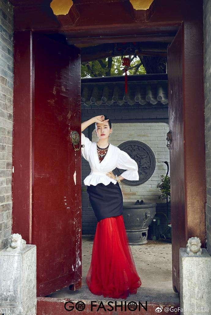 秋瓷炫产后首晒素颜照 身材纤细颜值高