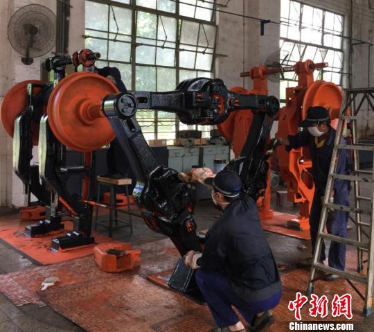 """报废火车配件""""变身""""雕塑 铁路设备车间成""""网红"""""""
