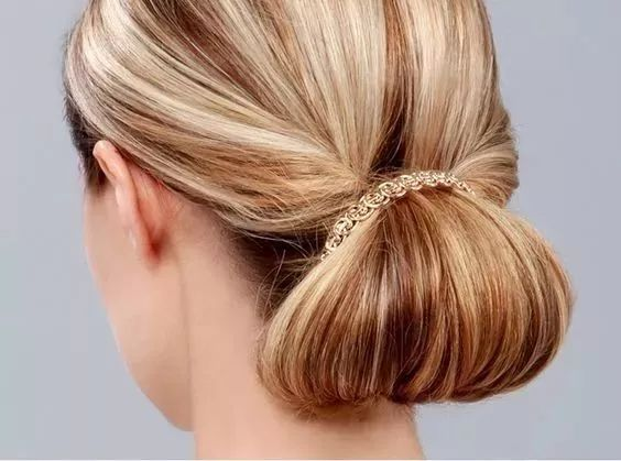 把头发盘在发尾处,尽显女人味,夏天怎么能少得了这款百搭发型呢.图片