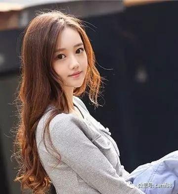 适合圆脸女生的中长发发型,显非常的甜美有气质!图片