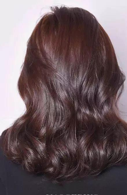 step1:整理头发,并用卷发棒将发尾微微烫卷.图片