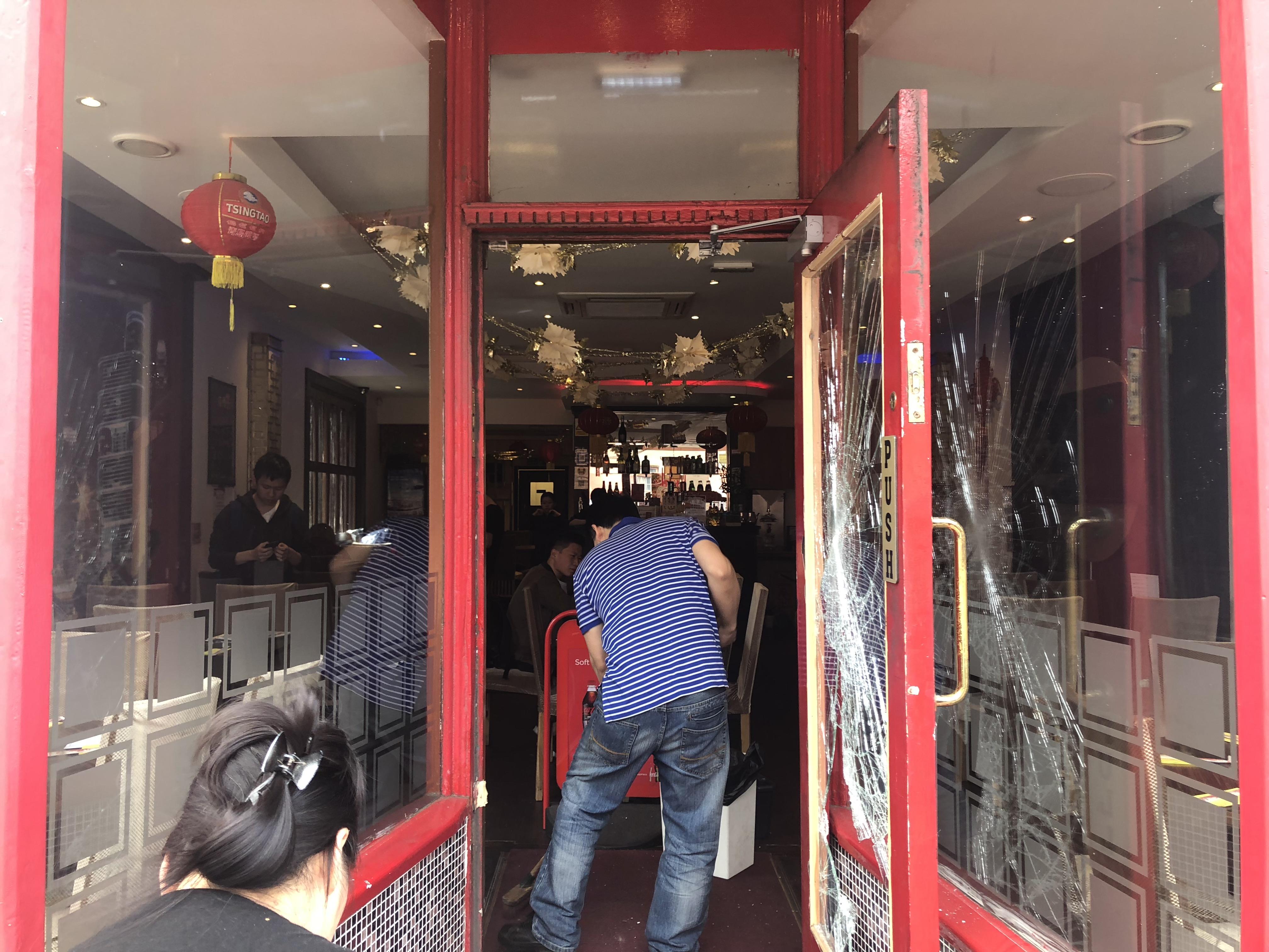 华人在英国开的中餐厅被砸 警察:小事管不了