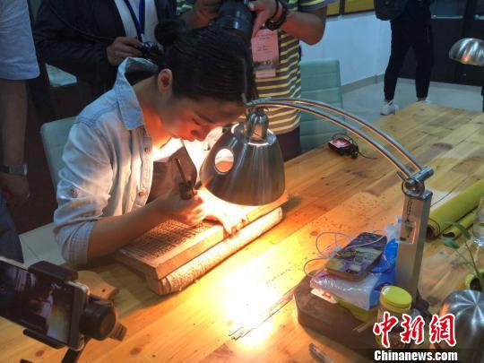 扬州美女在进行雕刻练习。 朱晓颖 摄