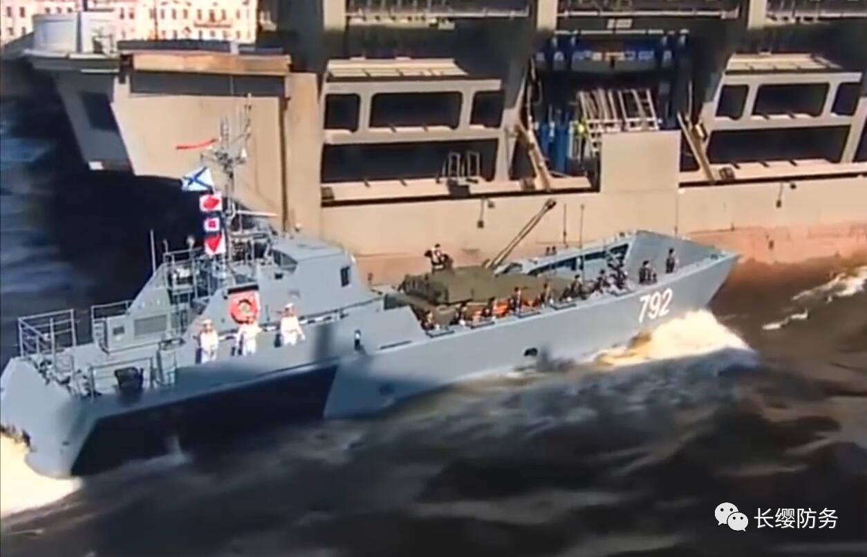 俄海军节阅兵的尴尬:都是老旧军舰不说还撞桥!
