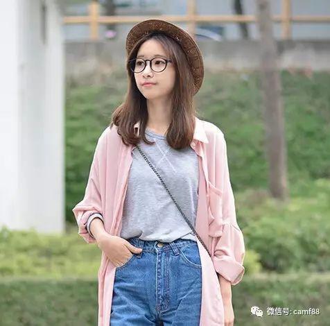 适合圆脸的中长发发型,搭配无框眼镜,还蛮可爱