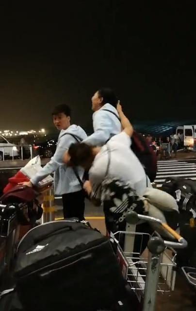 中国女排两大女神当众扯头花 袁心玥凭身高蹂躏龚翔宇