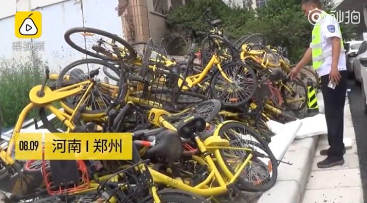 """共享单车""""墓地""""新升级:车辆遭""""生坑""""-新闻5点半"""