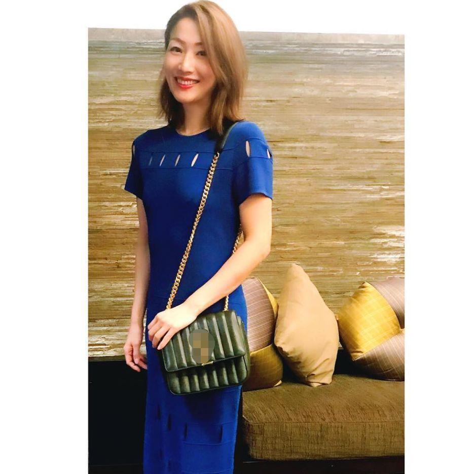 郑秀文为老公许志安庆生,穿蓝色长裙性感吸睛