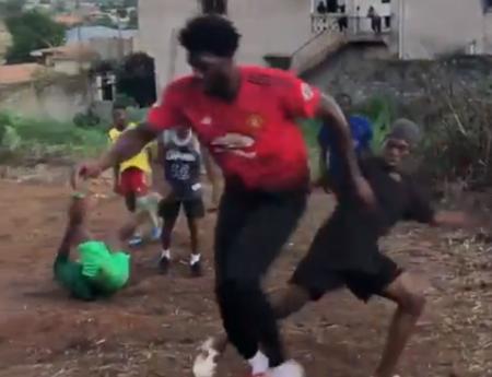 身穿博格巴球衣!恩比德在山间与孩子们踢足球