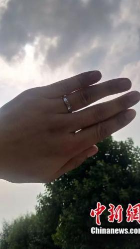 小慧走了,杨枫左手无名指上戴上了婚戒。受访者供图