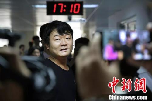 5点10分,由于小慧的病情无法得到有效控制,杨枫无奈的选择了暂时取消婚礼