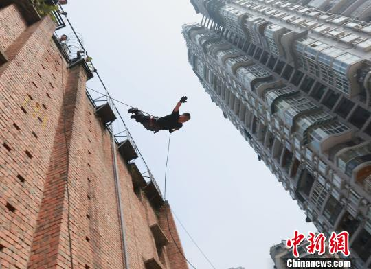 图为特警在高温下进行高空索降训练。 周毅 摄