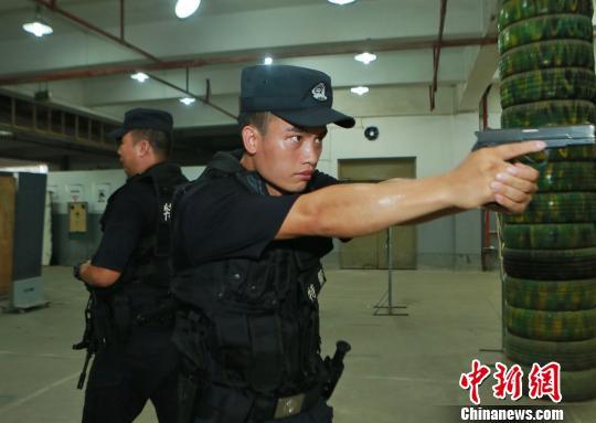 图为特警正在进行射击训练。 周毅 摄