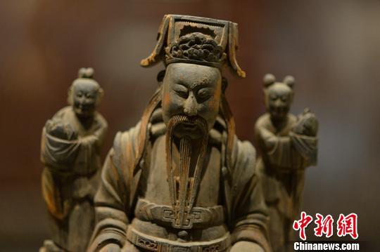 图为清代木雕福星造像。 钟欣 摄