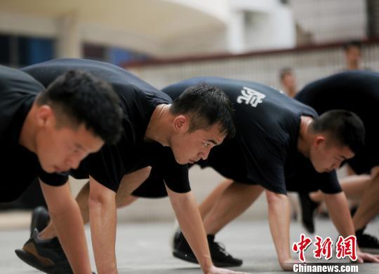 图为特警正在高温下训练。 周毅 摄
