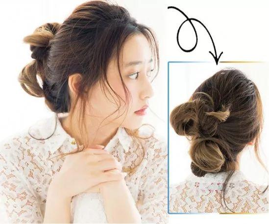 准备工具 黑色发夹 卷发棒 丸子头扎发步骤 1第一步 先将长发分为上下面两部分,接着把上面的头发卷成蓬松的丸子并用黑色发夹你固定好。 2第二步 把下面的头发也是卷成丸子,同样用黑色发夹固定好。 3第三步 接着把前额剩余的发丝用卷发棒烫卷,然后再稍稍打理一下整个造型就可以完成这款丸子头了。