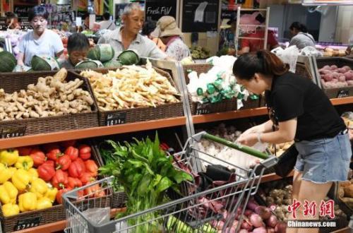资料图:市民在一家大型超市内购物。中新社记者 刘可耕 摄