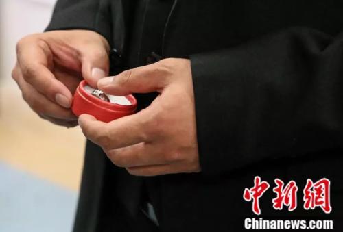 杨枫手拿婚戒,期待这场病房里的婚礼顺利进行