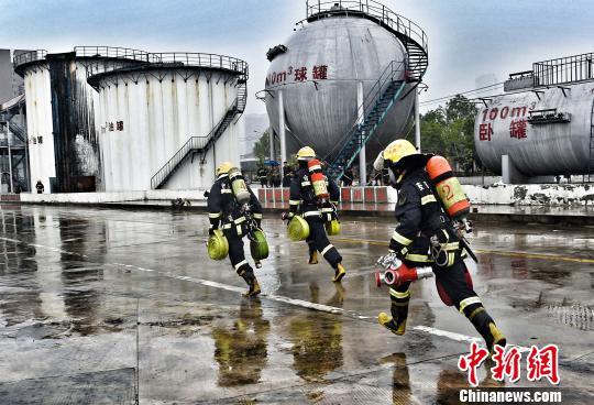 图为消防队员在进行实战化操法比赛。 王伟灿 摄