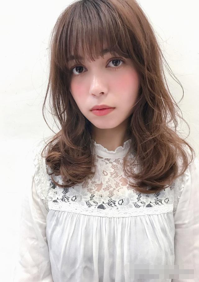 烫发时发型师说要剪层次烫,不剪层次到底什么脸型只适合齐刘海图片