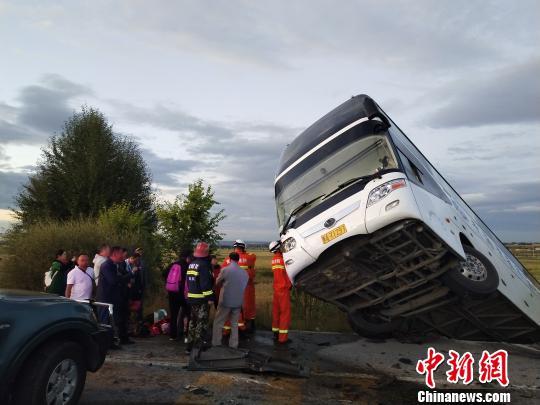 旅游大巴京藏高速与货车相撞 1人遇难11人受伤