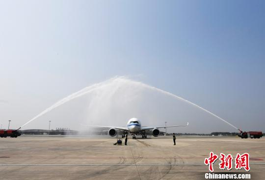 国航首架A350-900飞机首航成都