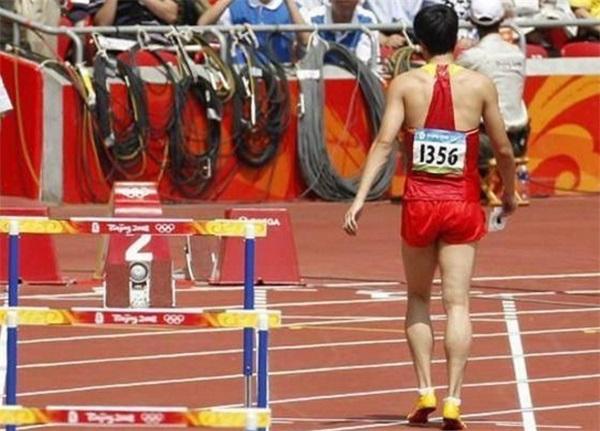 十年前刘翔因退赛感叹事态炎凉,十年后你不可否认刘翔就是英雄!