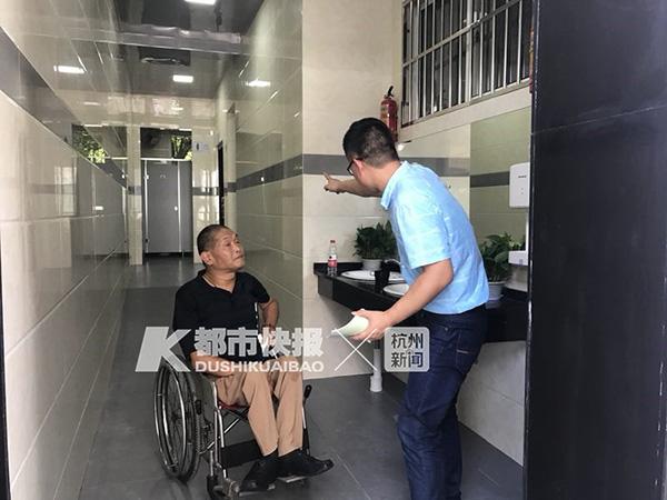 """杭州""""公厕革命""""样本:手机没电可充电,厕纸忘带有花洒"""