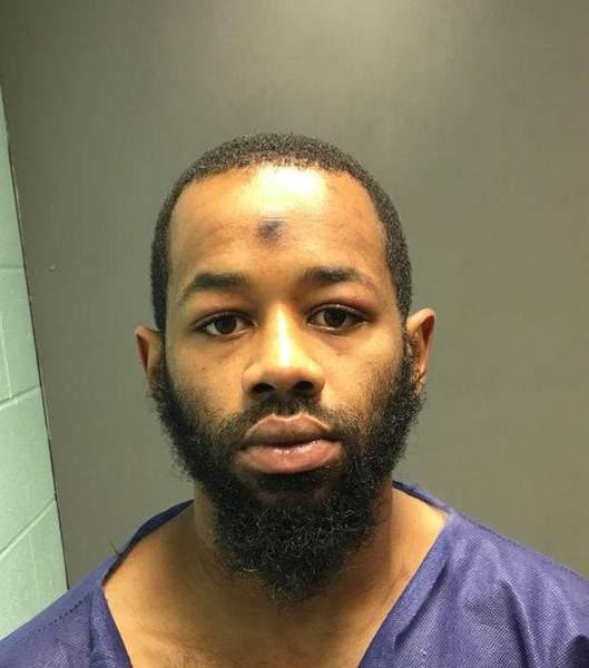 男子因排队吵架拔枪扫射 被捕后还想踢破警车逃跑