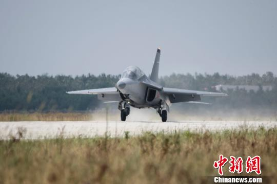 8月16日10点整,一架L15新型高级教练机从江西省南昌青云谱机场起飞,4分30秒后,飞机顺利降落在南昌航空城瑶湖机场。 李宁 摄