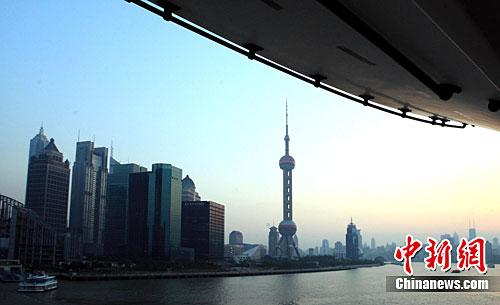 资料图:上海江边高楼。记者 潘索菲 摄