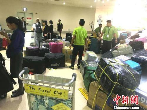 17日中午11时40分,乘坐16日晚厦门航空(以下简称厦航)厦门飞马尼拉MF8667航班的旅客,在马尼拉国际机场第一航站楼开始提取行李,陆续离开机场。当日中午11时20分,厦航偏离跑道事故飞机行李舱打开,开始卸载旅客托运行李。 菲芬 摄