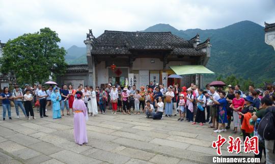 传统文化吸引游客。 方华彬 摄