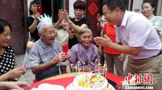 张修隆老人接受宾客们的祝福。 张茜翼 摄
