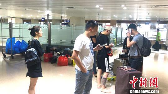 8月16日晚,厦门航空公司B738/B5498号机,执行MF8667(又称 CXA8667)厦门-马尼拉航班任务,21:23于厦门起飞,23:55在马尼拉机场24号跑道着陆后滑跑过程中偏出跑道,飞机左发动机脱落。机上共165人,其中旅客157人,机组8人(机长为韩籍飞行员),均已安全撤离,初步报告无人员伤亡。 菲芬 摄
